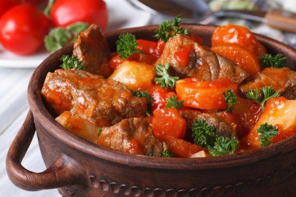 Гуляш-левеш – одно из главных блюд венгерской кухни. Он готовится из говяжьей мякоти, овощей и молотой паприки.    Ингредиенты  говяжья мякоть500 г красный болгарский перец1 шт. растительное масло50 …