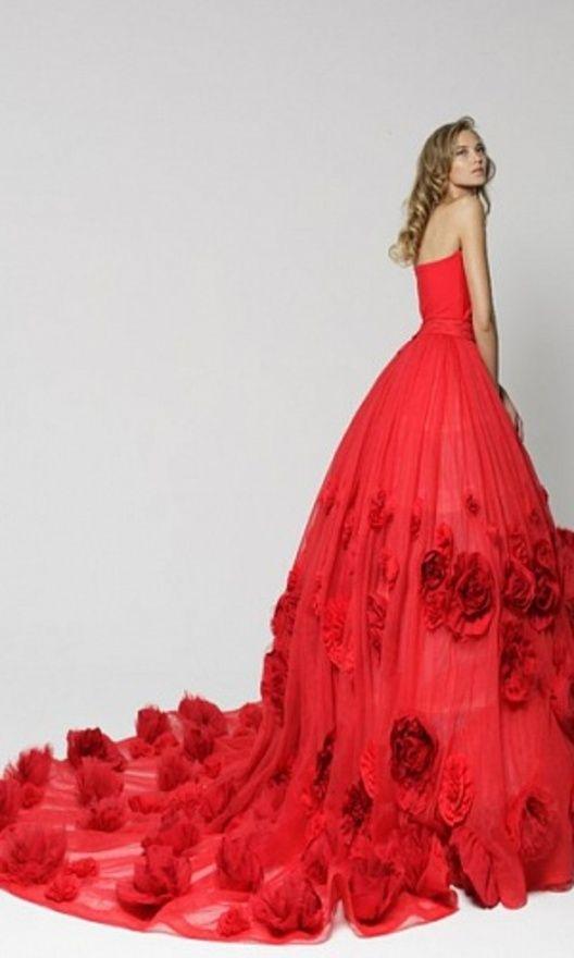Наряд состоит из облегающего платья, съемного топа с баской (можно повязать на одно плечо, а также сделать спущенную линию плеч) и невероятной полупрозрачной юбки с 210 цветами ручной работы. Стоимость аренды: полный комплект - 3500; По отдельности: -Корсет с красными бусинами - 1500 -Корсет Red Passion - 1000 - Юбка - 2500 - Топ с баской - 1200 - Облегающее платье-чехол - 800 Размеры: XS-M