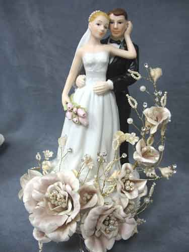 vintage wedding cake topper - themarriedapp.com hearted <3