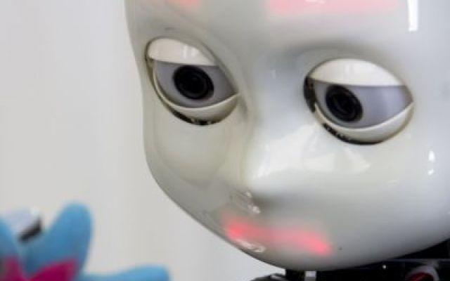 Tenero e simpatico come un vero bambino. Ma è un robot di 22 chili che impara cose nuove ogni giorno Tenero, simpatico e talvolta smarrito come solo i più piccoli sanno essere. Lui è un cucciolo ma non è umano. È un bimbo robot di 22 chili che impara ogni giorno, dall'esperienza proprio come un picc #icub #robotumanoide #bambinorobot