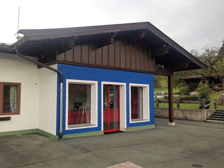 Jetzt ist es soweit wir beziehen unser neues Büro direkt an der Bergbahn! Die blaue Farbe trocknet gerade. We are starting styling our new office directly at the bergbahn!