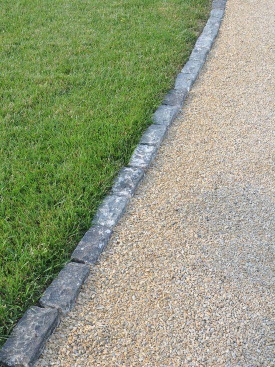 Kantsten mellan gräsmattan och asfalten.