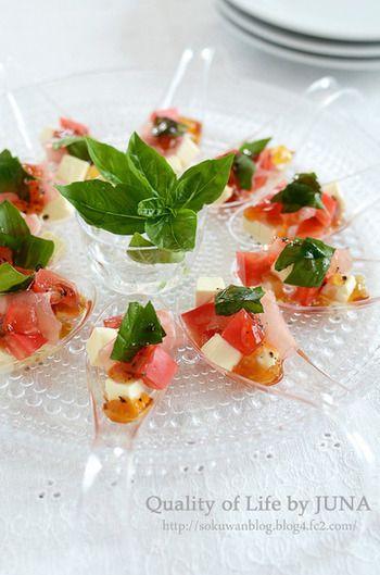 最近、レストランなどでスプーン型の食器にひと口サイズで盛り付けられたお料理をよく見かけます。スペインのバル文化から生まれたフードスタイルで、ガーニッシュトレイというのだそうです。