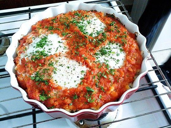 Jajka sadzone na zapiekance z kaszą jaglaną, kalafiorem i pomidorami | W Krainie Smaku