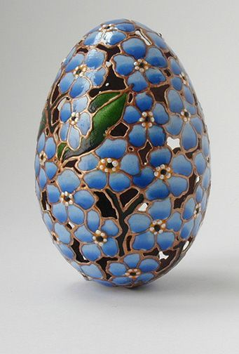 Pretty egg with a blue pattern of forget-me-nots.