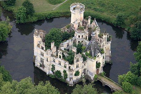 Château de la Mothe-Chandeniers, Les Trois-Moutiers, Poitou-Charentes, France. Abandoned Castle. Why? :/