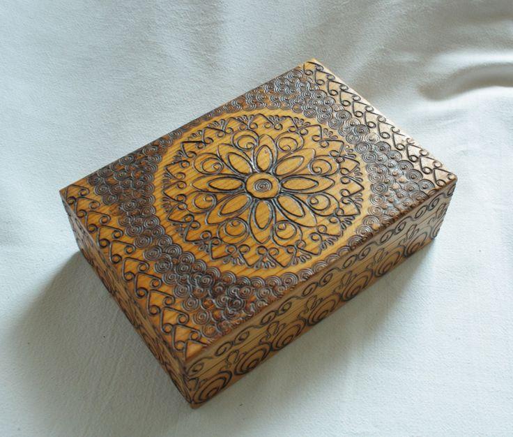 Krabička ze Zakopaného - šperkovnice Celodřevěná suvenýrová krabička bohatě zdobená polskými podtatranskými motivy. Vždy mě při pohledu na dekor fascinuje s jakou precizností a pravidelností řemeslník ornament do dřeva vypálil. Působí až strojovou přesností, ale při podrobném zkoumání je vidět, že je to děláno ručně. Krabička má odklápěcí víko na panty. ...