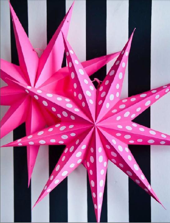 Handgemaakte, papieren ster van 60 cm doorsnee die je in elkaar kunt vouwen, voorzien van kleine gaatjes. Je kunt deze zelf om een lamp (max 25 watt) hangen voor een extra mooi resultaat.