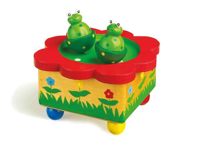 """Hier komt er beweging in het spel. De kikkers dansen op de melodie """"Alle Vögel sind schon da"""" op de vijver. Door aangebrachte magneten zijn ze afneembaar en geschikt om te spelen."""