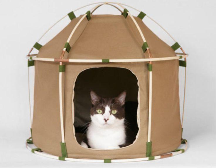 Da marca Século 41, esta casinha de gato parece uma barraca de acampamento - é feita de lona lavável e a estrutura é de bambu.