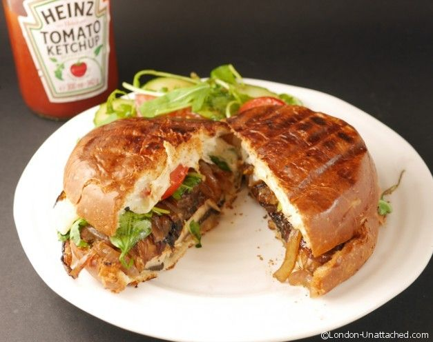 portabello mushroom burger cut - side - Looks just like the real thing! http://www.london-unattached.com/2014/07/healthy-burgers-5-2-diet-portabello-mushroom-burger/