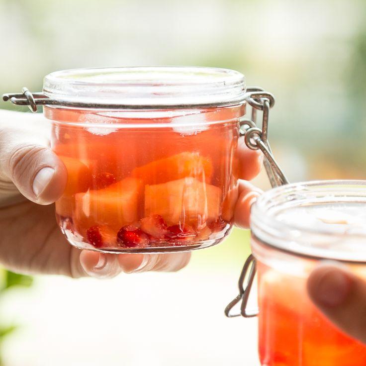 Bunte Bowle: Die Frucht-Mischung aus Granatapfel, Ananas und Orange sorgt mit etwas Wein und Sekt für eine wahre Fruchtexplosion im Glas.