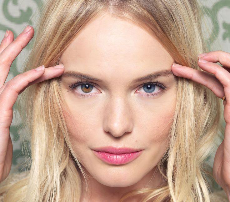 Kate Bosworth has a hazel right eye and a blue left eye. It's heterochromia iridum. :)