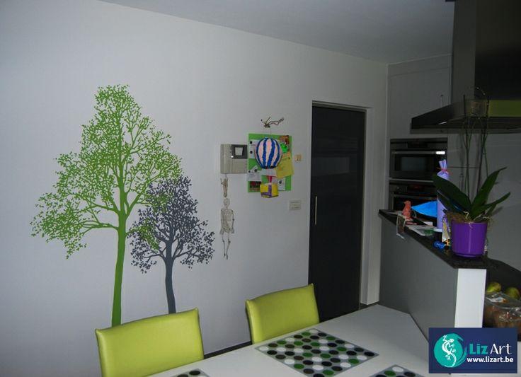 Decoratieve muurschildering van bomen in de keuken