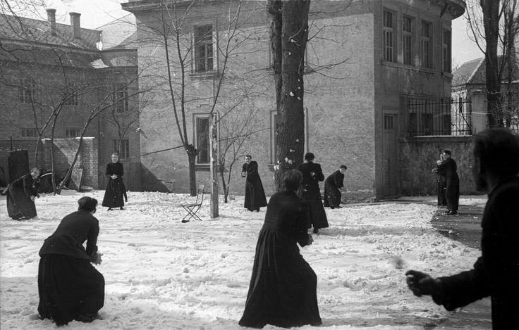 1950. Hógolyózó kispapok a szeminárium udvarán.