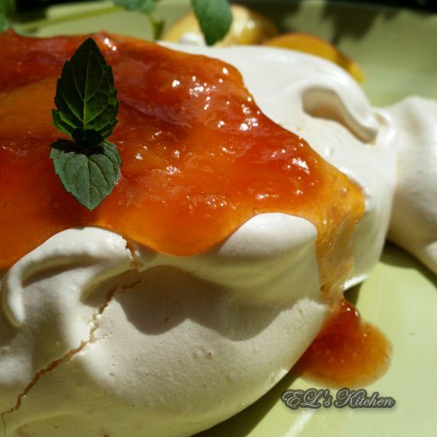 """EL's Kitchen: Мини """"Павлова"""" със сладко от праскови"""
