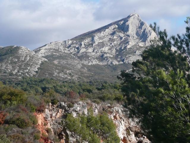 La Sainte Victoire est un massif calcaire, long de 18 km, situé sur le territoire des Bouches-du-Rhône et du Var. Elle culmine à 1011 mètres avec le Pic des Mouches.  Très appréciée par les promeneurs à pied et les adeptes de l'escalade, cette montagne offre un lieu de promenade privilégié. Vous y retrouverez les paysages et l'atmosphère peints, tant de fois, par Cézanne dans 44 huiles et 43 aquarelles.