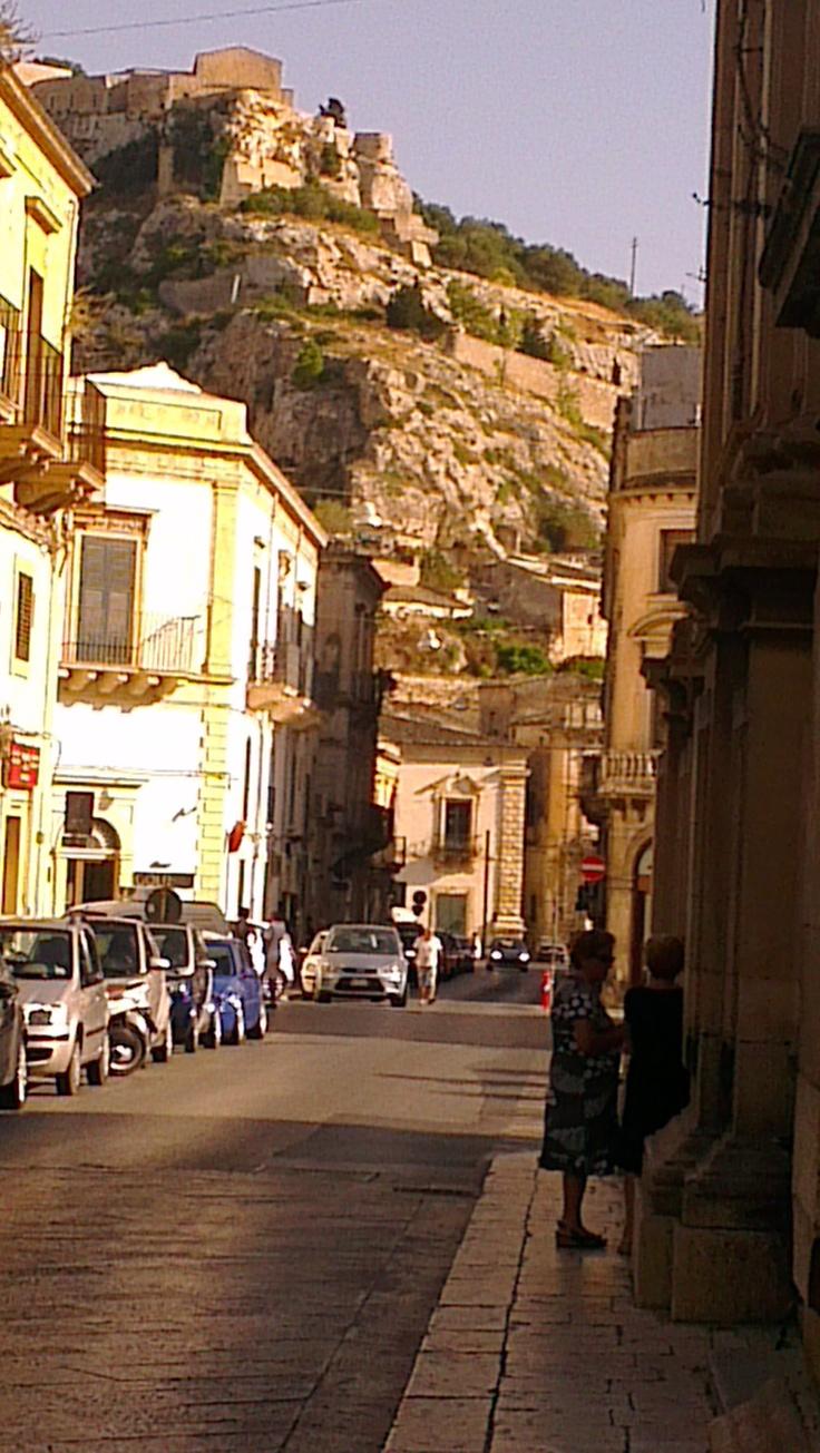 Scicli - Via Nazionale,collina del Convento della Croce e sullo sfondo Palazzo Fava