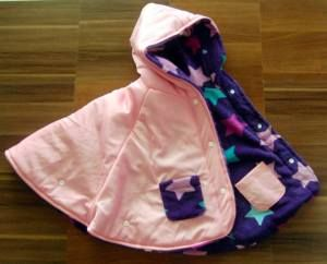 Kalo dinalik jadi warna pink. hehe seperti beli dua jaket tapi dalam 1 jaket. Selimut bayi 2 in 1 lah pokoknya hehe