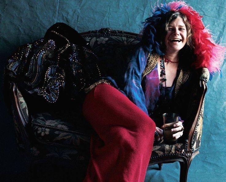 19E - Janis Joplin  la primera mujer estrella del Rock and Roll .Nació 1943 en Texas USA. Su voz única y su talento excepcional la llevaron a convertirse en una de las estrellas de rock femeninas más importantes de su época. Dio sus primeros pasos en la música con particular interés en el jazz y el blues. A mediados de la década de 1960 se trasladó a San Francisco donde se incorporó a la banda Big Brother and the Holding Company. Antes de abandonar el grupo a causa de la presión que recibía…