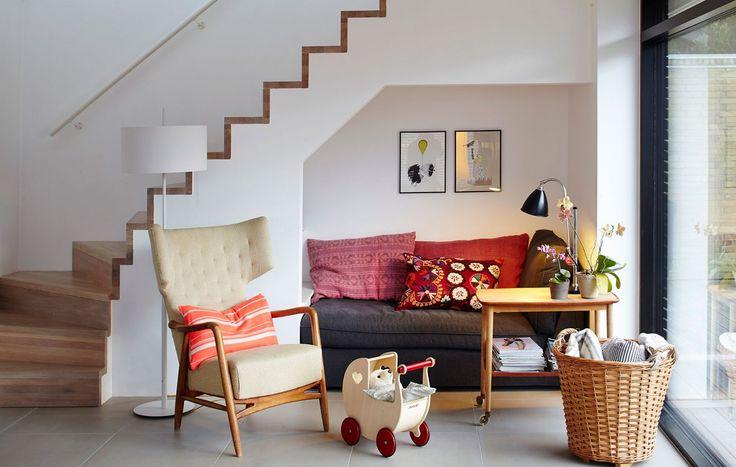 Pladsen under trappen ender ofte som et dødt område i boligen. Her er pladsen udnyttet til en funktionel læsekrog med plads til eftermiddagshygge for store og små. Trappen er tegnet af arkitekt Lars Bo Poulsen i forbindelse med en større ombygning.