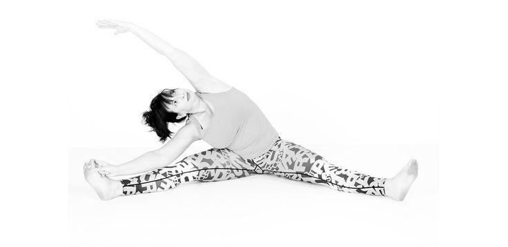 Revolved Seated Angle Pose, is een heup opener die de spanning vermindert in de rug, heupen en de bekken. #yoga #parivrttaupavishtakonasana #seated #hipopener #asana #namaste #antwerp #belgium #curves #curvy #curvyyoga #curvyqueenyoga #superdry