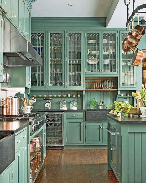Красивые зеленые шкафы с белыми фарфоровыми ручками придутся по душе любителям…