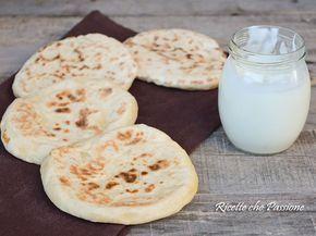 Pane naan senza lievito, pane indiano preparato con yogurt, la ricetta originale prevede l'uso del lievito, ma anche senza vengono sofficissimi, e leggeri.