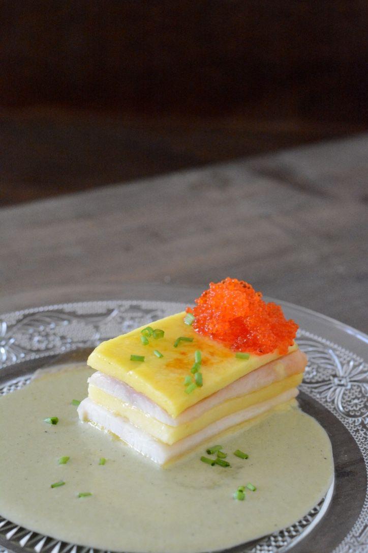 fresa & pimienta: Milhojas de anguila ahumada y mango caramelizado con ajoverde de plancton marino y huevas tobiko