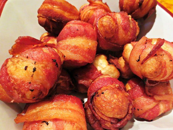 Sajtot tesz a pürébe, majd gombócokat formáz belőle, betekeri baconnal...