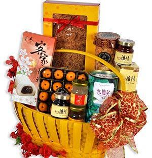 多福多寿 Good health. A fine selection of new year goodies complemented with a gorgeous Lourve basket. Includes Shui Xian Oolong Tea(水仙名茶) 100g, Organic Sea Birdnest (海底燕窝) 150g, Lo Hong Ka Ginseng Essence(泡参) 2 x 70cl, Eu Yan Sang Essence of Chicken (鸡精) 2 x 70cl, Taiwanese Grain Mochi – Sesame(麻糬) 200g, Ross Cottage Lotus Pandan Mandarin Pastries(莲蓉酥) 150g and Macau Sesame Crisp(芝麻酥) 90g.