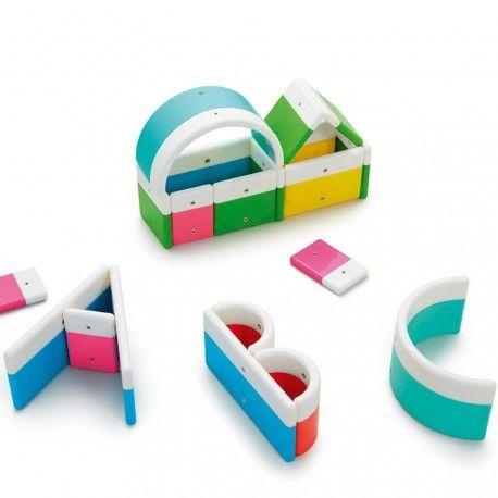 ALPHABUILD HT1066 Produit standard Ce jeu de construction magnétique permet d'amorcer l'apprentissage des lettres de manière active et vivante. On peut facilement constituer toutes les lettres de l'alphabet avec les 20 pièces du coffret et les intégrer dans des mises en scènes mnémotechniques, les associer à des figurines ou objets pour en faciliter la mémorisation. En plastique. Dim. 6 à 12 cm. Dès 3 ans.On peut facilement...
