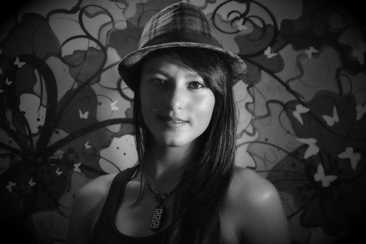 retrato de mujer con sombreo