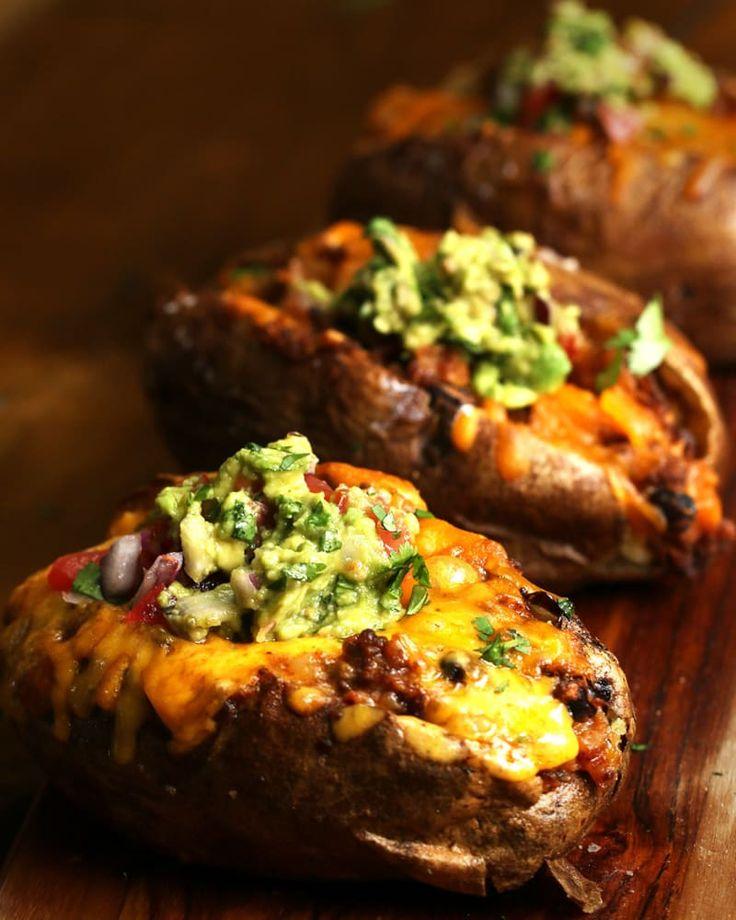 Portionen: 3 ZUTATEN3 große, mehligkochende Kartoffeln2 EL Olivenöl2 TL Salz½ Pfund Rinderhack1 EL Tacogewürz120 g abgetropfte und abgespülte schwarze Bohnen120 g gewürfelte Tomaten120 g Cheddarkäse, plus etwas extra zum GarnierenGuacamole zum GarnierenZUBEREITUNGHeize den Backofen auf 180 °C vor.Lege die Kartoffeln auf ein Backblech, bestreiche sie gut mit Öl und streue Salz darüber. Backe sie etwa eine Stunde lang. Wenn du mehr Kartoffeln zubereitest, musst du pro Kartoffel noch 15 Minuten…