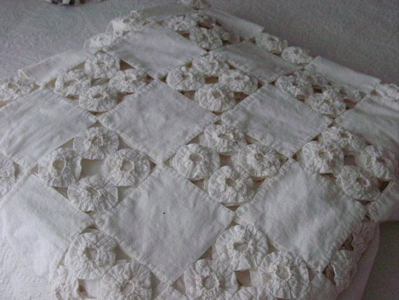 Vintage YoYo Quilt in White Reserved for Branch por Serenities