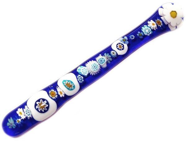 Handgemaakte donkerblauwe glazen roerstaaf met allerlei blauwe accenten van millefiori glas!