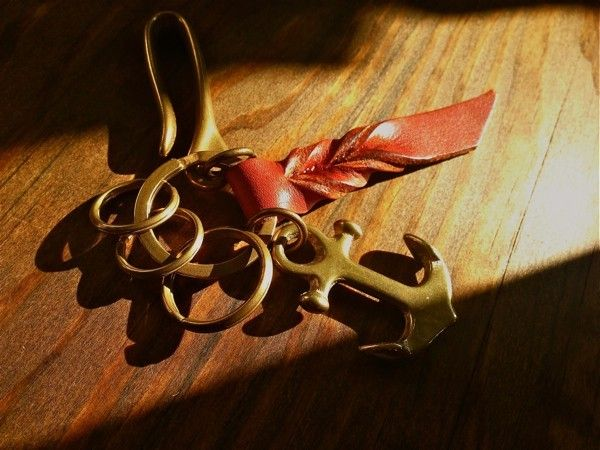 And hook made ​​of brass, it is a key ring that combines the anchor. Leather that issued the vintage feeling of polish is a design point. http://www.iichi.com/listing/item/255775