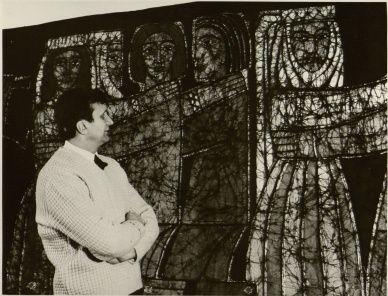 Dailininkas tekstilininkas Juozas Balčikonis prie savo sukurto kilimo. Vilnius, 1968 m. Fotonuotrauka. LYA, f. 1771, ap. 278, b. 577, l. 22.