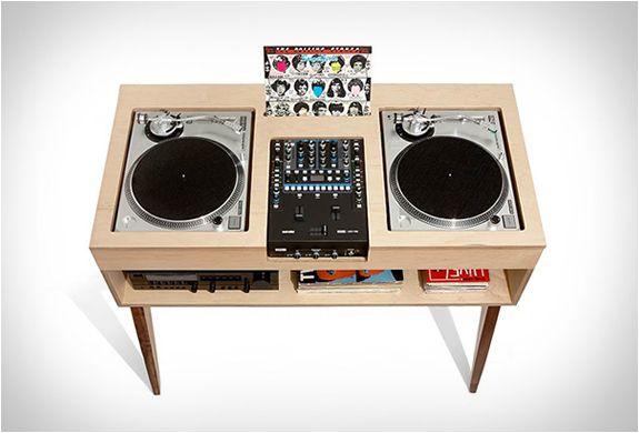 MESA MINIMALISTA - DJ STAND  O DJ Stand é outra peça de meados do século e inspirou lindamente os móveis artesanáis desenvolvido no projecto Atocha.  Veja mais detalhes no nosso site.