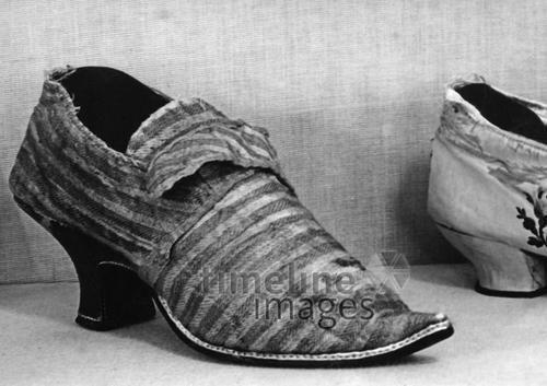 Schuhmode, 17. Jahrhundert Timeline Classics/Timeline Images #1600er #black #white #schwarz #weiß #Fotografie #photography #historisch #historical #traditional #traditionell #retro #vintage #nostalgic #Nostalgie #Schuhe #shoes #Schuhmode #Damenschuh #Frauenschuh #Damenmode #Frauenmode #Stil