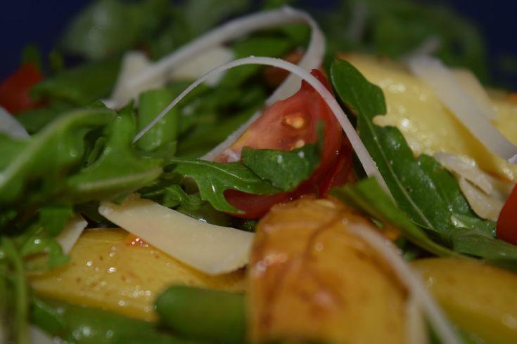 Salat aus Kartoffeln, Bohnen, Rauke und Tomaten, gekrönt mit Parmesanspänen! http://herdanziehungskraft.lefering-online.de