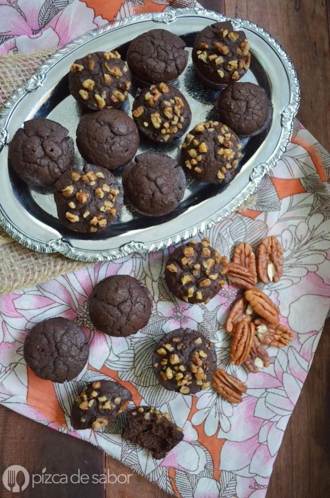 Ricos y saludables brownies sin harina de trigo, pero con frijoles negros, cacao, nueces y harina de avena. Una receta diferente y original.