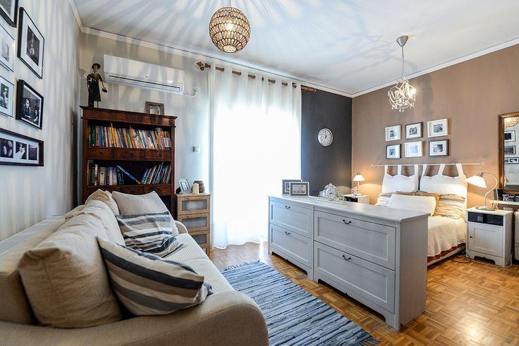 Λευκή κρεββατοκάμαρα με δικό της σαλόνι. Ιδανική διακόσμηση για μικρά διαμερίσματα. #realestate #efimesitiko #alexandroupoli