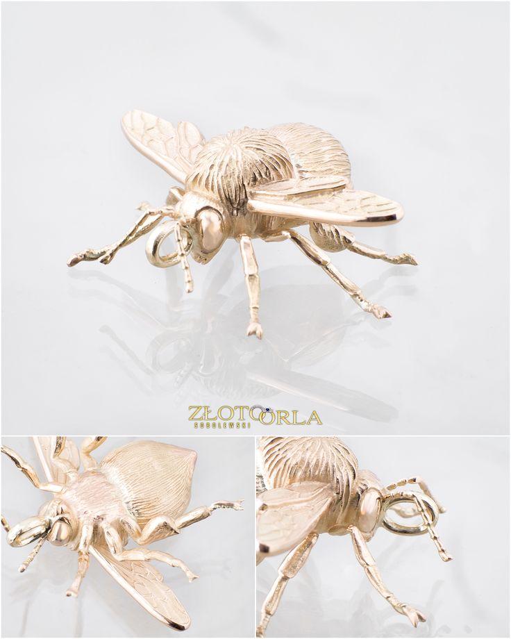 Zawieszka ze złota w kształcie owada (trzmiel).