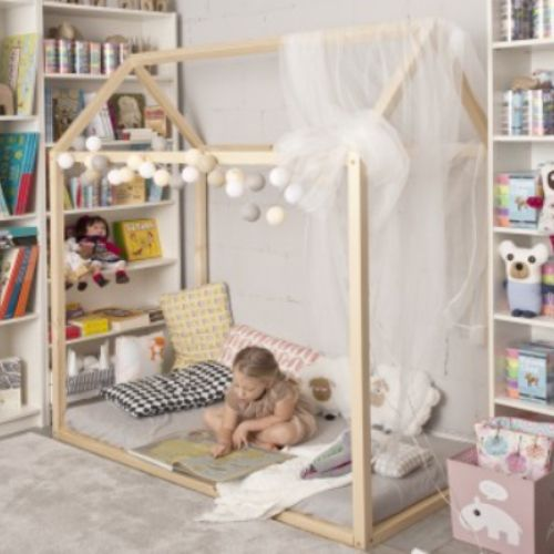Łóżko - domek z naturalnego drewna - skandynawska prostota i funkcjonalność.