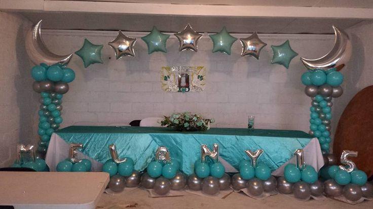 Arco con globos en plata y aqua para quince a os for Arreglos de globos para xv anos