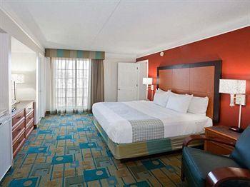 La Quinta Inn Phoenix Sky Harbor Airport badroom - http://infohotel.co/hotel/hotels-near-university-of-phoenix-stadium