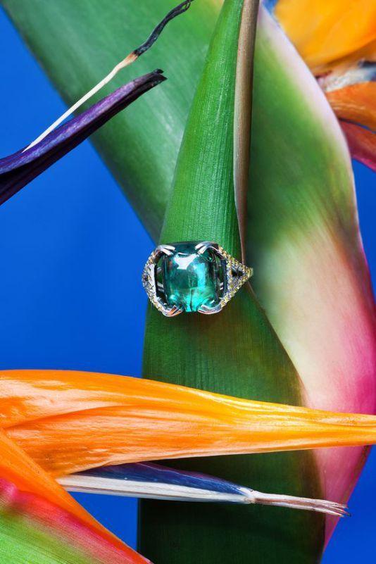 Soyez audacieuses dans vos choix de bagues de fiançailles !   http://tendancesbijoux.com/metal-melange-pierres-colorees/