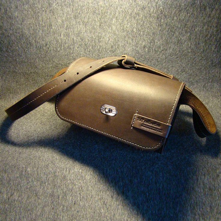 Элегантная миниатюрная сумочка в ретро стиле ручной работы из натуральной кожи с наплечным ремешком регулируемой длины, с удобной латунной застежкой. Кожа обработана и прошита исключительно вручную. На изделии имеется тисненный логотип мастерской.Элегантный и незабываемый авторский подарок. Крас