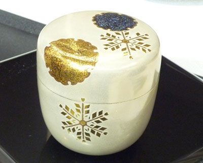 Japanese lacquered tea box or caddy (Usucha-ki or natsume) for holding the powdered tea used in tea ceremony, gold snowflake design on white, lacquered wood, 20th century, Japan